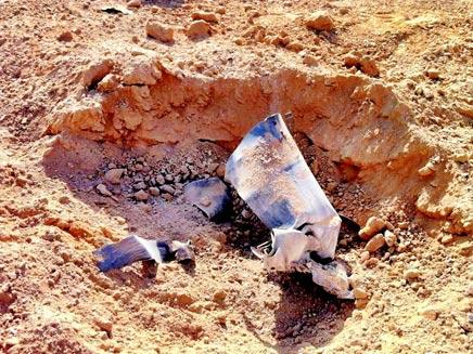גראד נחת בשטח פתוח סמוך לאשדוד (צילום: דותן הלברייך)