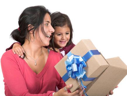 אישה מקבלת מתנה מילדה (צילום: אימג'בנק / Thinkstock)
