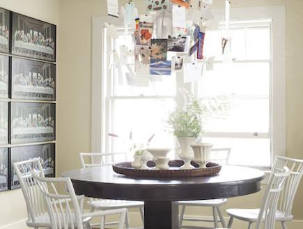 גוף תאורה  עם תמונות משפחתיות (צילום: צילום מתוך האתר: countryliving)