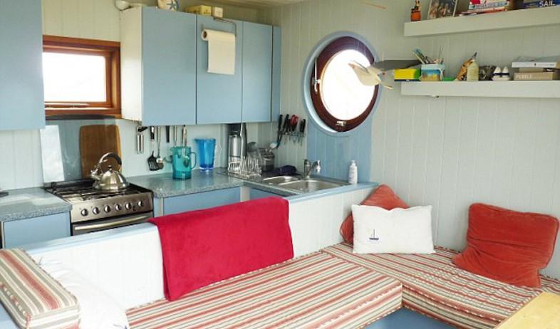 בקתה בריטית, מטבח ופינת ישיבה (צילום: מתוך האתר: BNPS.CO.UK)