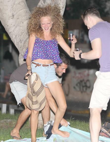 יוליה פלוטקין מבלה עם חברים (צילום: ראובן שניידר )