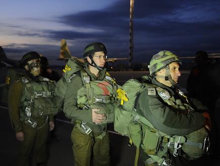 """צנחנים מתכוננים לצניחה (צילום: דובר צה""""ל, באדיבות גרעיני החיילים)"""