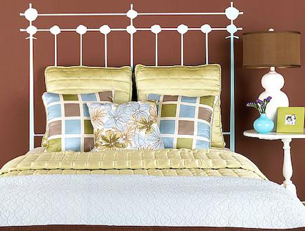 H גב מיטה באמצעות מדבקת קיר. bhg.com (צילום: מתוך אתר bhg.com)