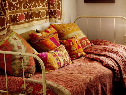 K כיסוי מיטה ואוסף כריות. designsponge.com (צילום: מתוך אתר designsponge.com)