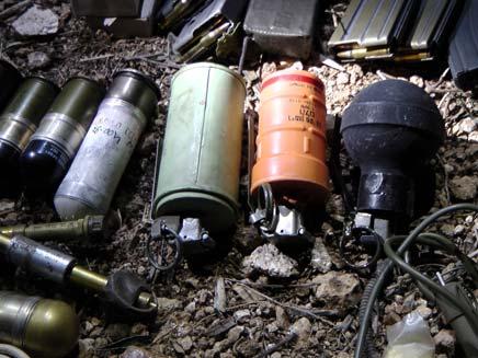 כמות נשק שלא הייתה מביישת בסיס צבאי (צילום: משטרת ישראל)