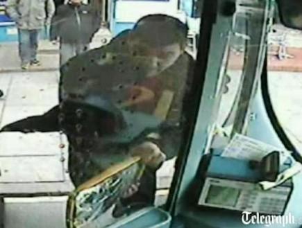 נוסע באוטובוס חוטף התקף זעם (תמונת AVI: telegraph.co.uk)
