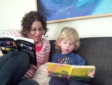 מאירה ברנע ואבישי קוראים ספר (צילום: תומר ושחר צלמים)