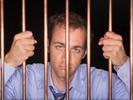 אסיר מאחוריהסורגים (צילום: אימג'בנק / Thinkstock)