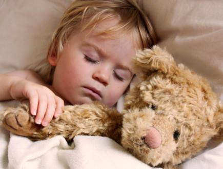 ייעוץ שינה: איך מלמדים פעוטות להירדם לבד?