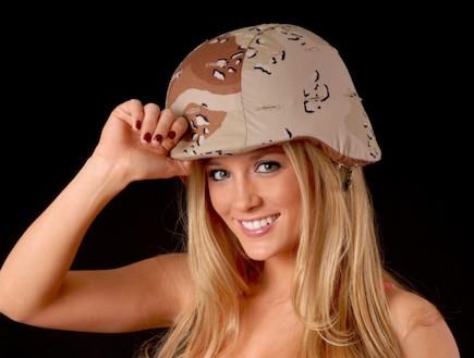 בלונדינית עם קסדה צבאית (צילום: אימג'בנק / Thinkstock)
