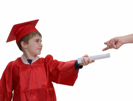 ילד מחזיק תעודה (צילום: אימג'בנק / Thinkstock)
