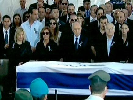 אלפים חלפו על פני ארונו שהוצב במשכן הכנסת (צילום: חדשות 2)