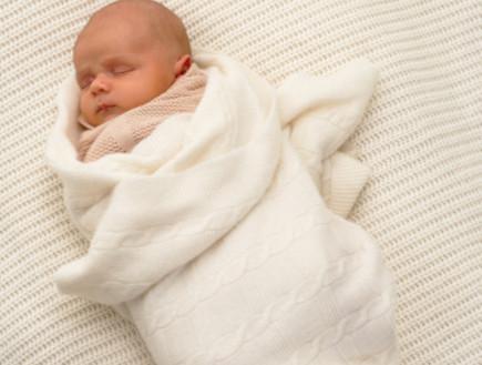 תינוק עטוף בשמיכת עיטוף