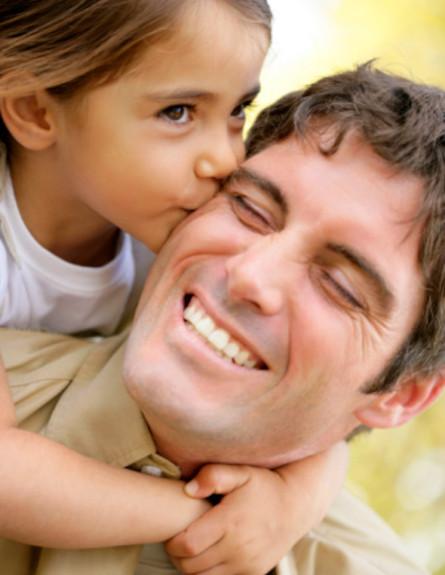 ילדה מנשקת גבר (צילום: אימג'בנק / Thinkstock)