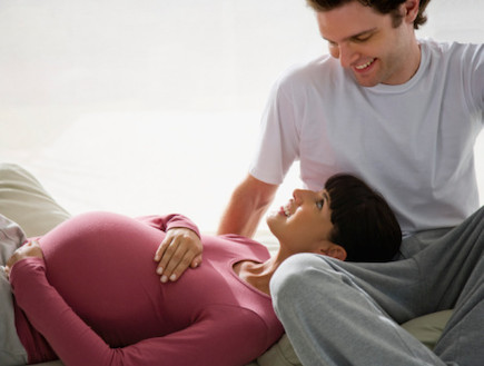 אישה בהריון מניחה את ראשה על גבר (צילום: אימג'בנק / Thinkstock)