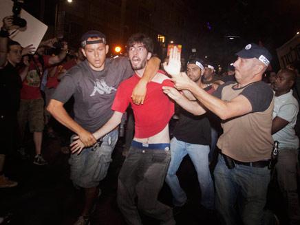 עימותים בין שוטרים למפגינים. ארכיון (צילום: AP)