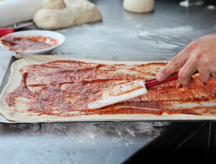 מדריך להכנת פיצה: מריחת רוטב (צילום: בני גם זו לטובה, אוכל טוב)
