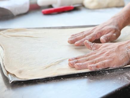 מדריך להכנת פיצה: הבצק בתבנית (צילום: בני גם זו לטובה, אוכל טוב)
