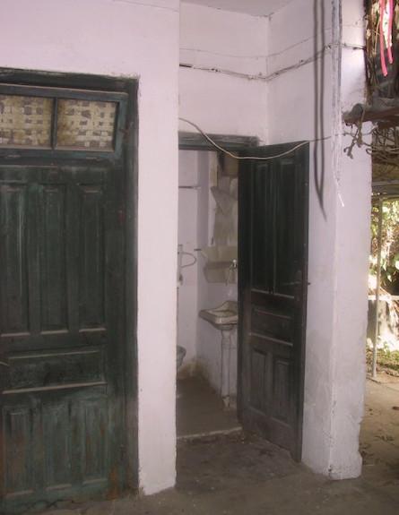 הילית סטריקובסקי, חדר שירותים לפני השיפוץ