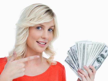 נערה מחזיקה כסף בידה (צילום: אימג'בנק / Thinkstock)