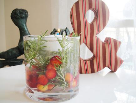 אגרטל נר עם צמחי תבלין (צילום: דידי רפאלי)