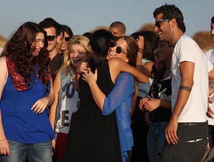 חגית יאסו מחבקת את נבחרת כוכב נולד 10 (צילום: אורטל דהן)