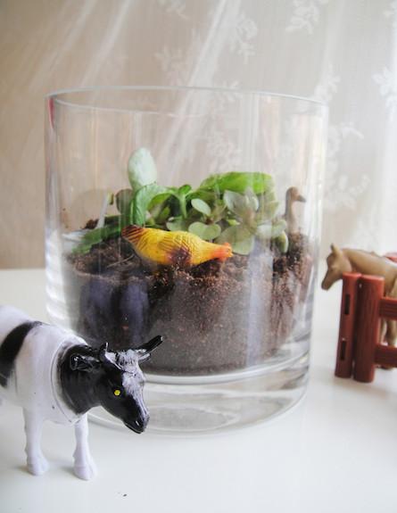 אגרטל עם צמחים וחיות (צילום: דידי רפאלי)
