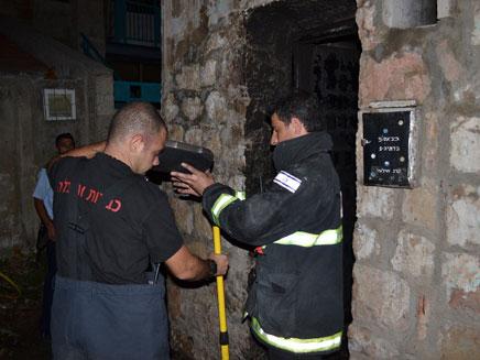 אנשי הכיבוי מחוץ לדירה הלילה בי-ם (צילום: אסף אברס כבאות והצלה ירושלים)