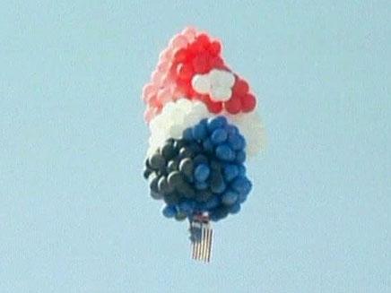 ניסיון לרחף עם 350 בלונים (צילום: חדשות 2)