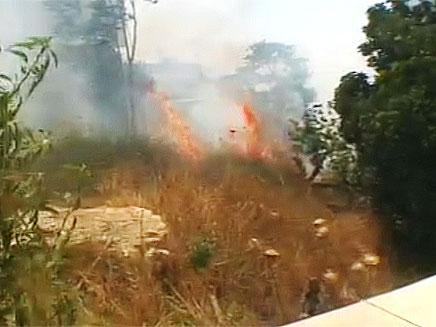 רשלנות הכבאים הציתה את הדליקה מחדש? (צילום: חדשות 2)