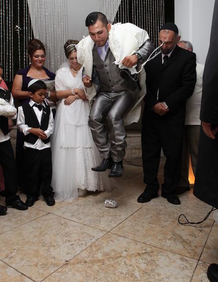 חתן קופץ על הכוס  (צילום: עופר מתתיהו)