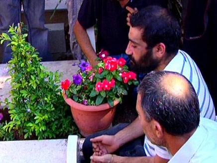 מוחמד סרסור על קבר בנו (צילום: חדשות 2)