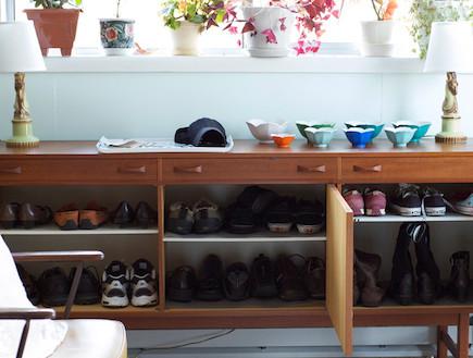 אוסף נעלים בתוך מזנון של סבתא (צילום: www.desiretoinspire.net)