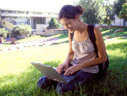 סטודנטית בקמפוס (צילום: Thinkstock)