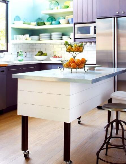 ארונות סגולים במטבח (צילום: מתוך האתר homeanddecor.net)