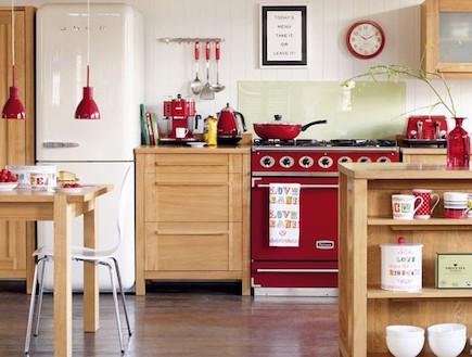 אדום ועץ במטבח (צילום: מתוך האתר housetohome.co.uk)