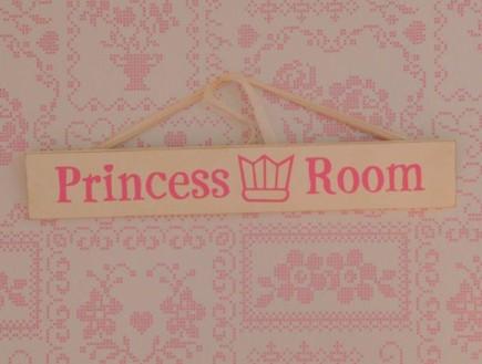 טפט ושלט נסיכות, חדר ילדות (צילום: איתמר שיקלר)
