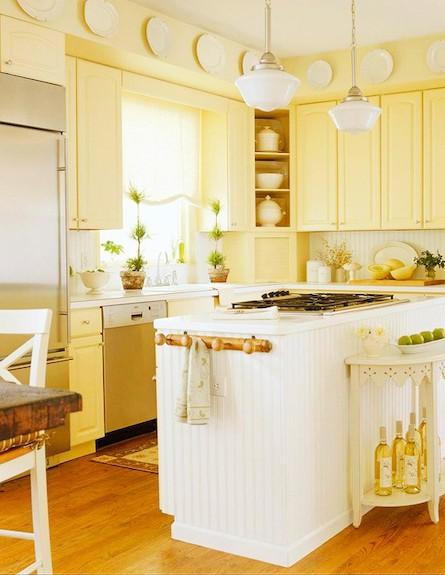 מטבח בצהוב רגוע (צילום: מתוך: bhg.com)
