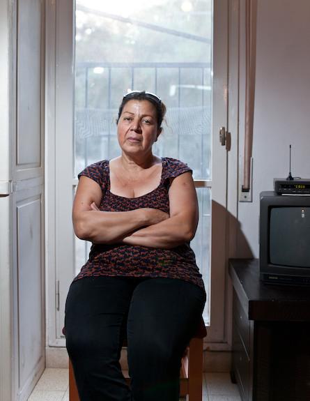 דבורה יושבת בביתה (צילום: נועם מוסקוביץ)