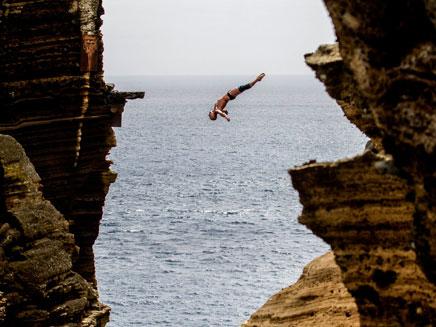 ריגוש מסוכן בגובה 30 מטרים (צילום: AP)