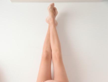 אישה בהריון שוכבת על המיטה מרימה רגליים למעלה (צילום: אימג'בנק / Thinkstock)