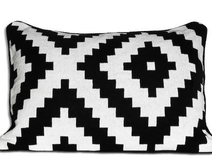 כרית שחור לבן, קטלוג איקאה (צילום: מתוך: onlinecatalog.ikea-usa.com  )