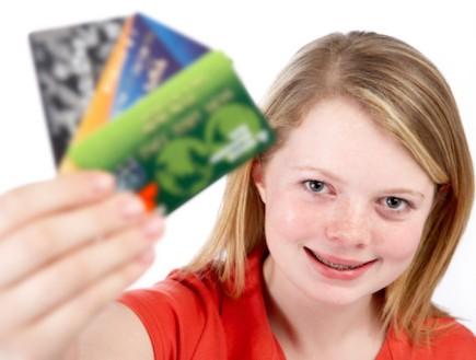 ילדה מחזיקה כרטיסי אשראי (צילום: אימג'בנק / Thinkstock)