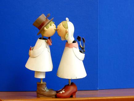 מתוך אוסף בובות חתן-כלה של עוד בני דון-יחייא (צילום: תמי אייזנברג)