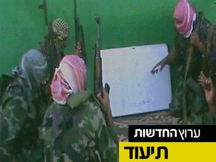 """צפו בקלטת שהפיץ """"אל-קעידה"""" (צילום: חדשות 2)"""