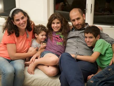 חנוך דאום והמשפחה (צילום: רועי ברקוביץ')