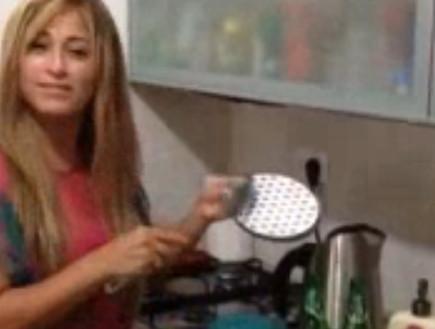 ליהיא גרינר מנגנת במטבח