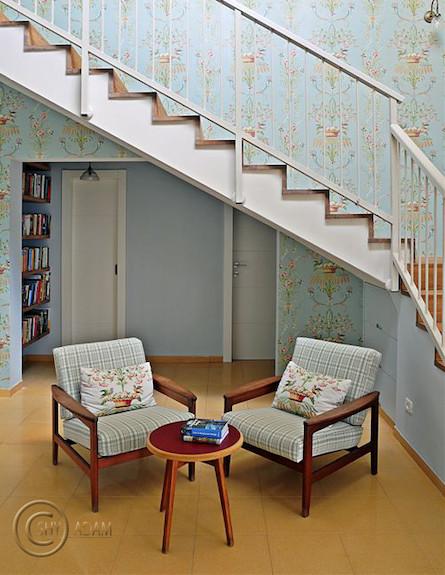 מדרגות לצד פינת ישיבה (צילום: שי אדם)