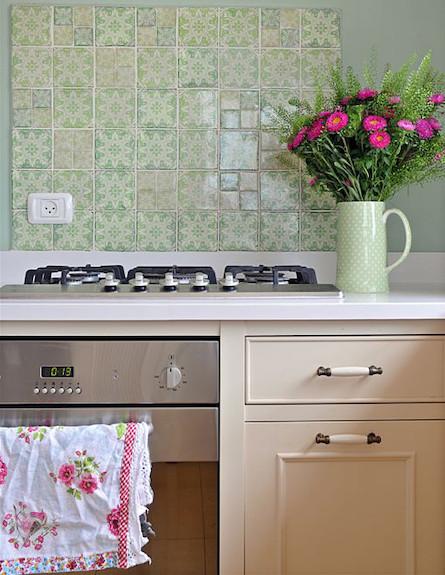 מטבח עם אריחים ירוקיים (צילום: שי אדם)