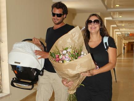 קרן פלס ונעם טור יוצאים מבית חולים 01